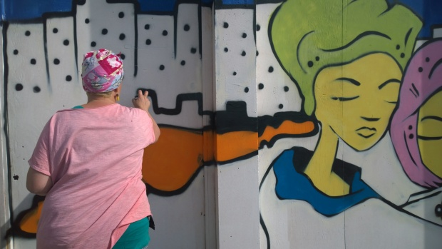 Pyklops applying the final touches to her piece